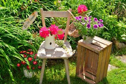 Mit Holzkisten im Garten dekorieren