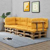 Paletten-Sofa mit Palettenkissen